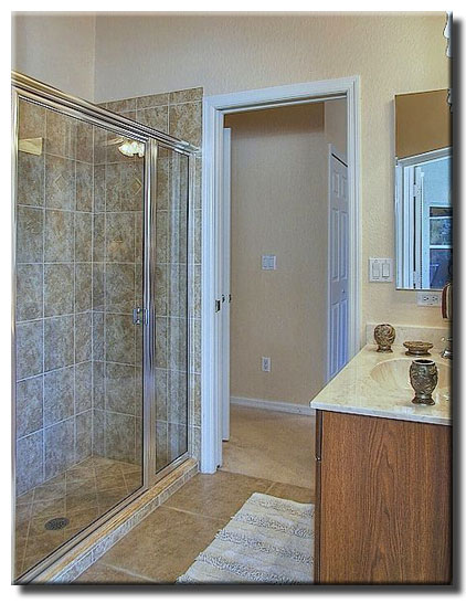 Dusche Begehbar Bilder : Dieses Bad hat einen direkten Zugang zum Pool.